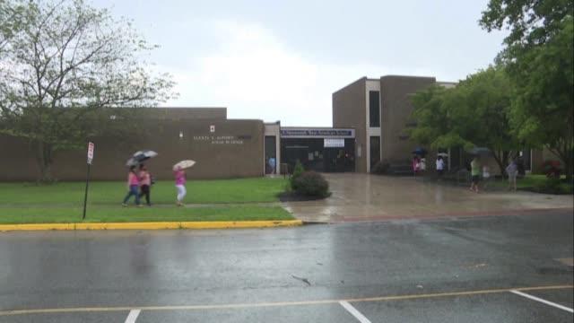 stockvideo's en b-roll-footage met supporters wait in the rain outside the alexis dupont high school in wilmington, delaware, where democratic contenders joe biden and kamala harris... - verschijning