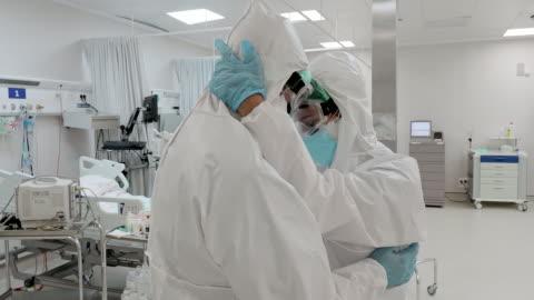 stockvideo's en b-roll-footage met elkaar ondersteunen tijdens de pandemie - moe