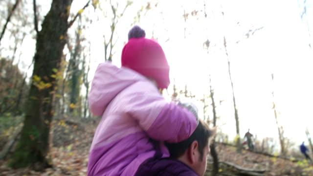 vidéos et rushes de soutien père promenade dans les bois - film d'amateur