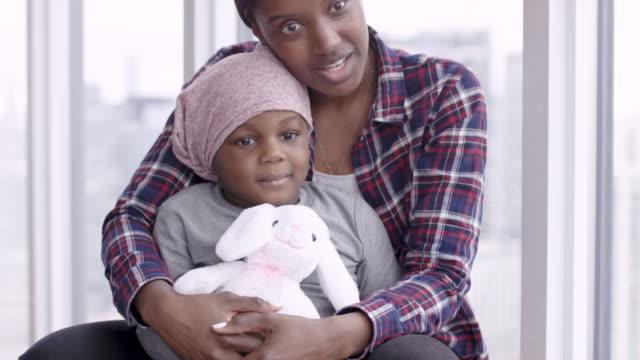 支援的な母親は癌の子供を保持します - 白血病点の映像素材/bロール