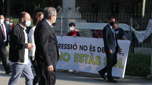 vídeos y material grabado en eventos de stock de suppport group walks with catalan regional president quim torra towards the superior court of justice of catalonia in barcelona on september 23,... - 18 23 months