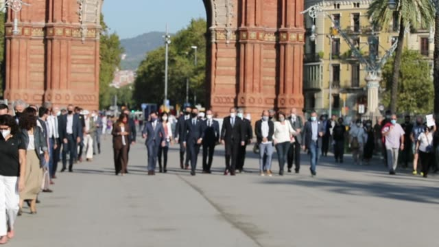 suppport group walks with catalan regional president quim torra towards the superior court of justice of catalonia in barcelona on september 23,... - 18 23 months bildbanksvideor och videomaterial från bakom kulisserna