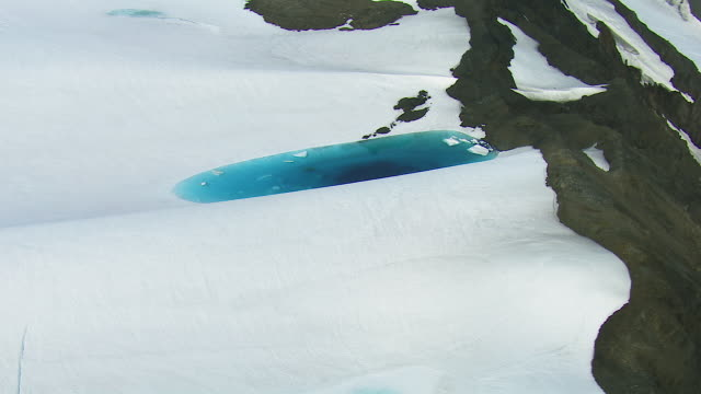 vídeos de stock, filmes e b-roll de supraglacial lake on alaskan glacier - neve derretida
