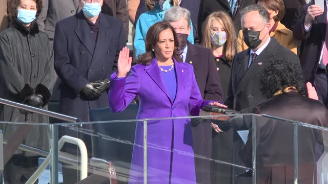 supreme court associate justice sonia sotomayor administers the oath of office to kamala harris as vice president of the united states at platform on... - 宣誓点の映像素材/bロール