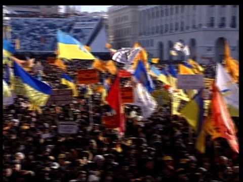 vídeos de stock, filmes e b-roll de supreme court blocks presidential election result; itn ukraine: kiev: ext tgv supporters of opposition leader viktor yushchenko packed into... - ucrânia