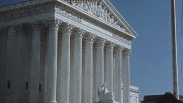 supreme court building and pedestrians walking down the stairs / washington dc united states - oberstes bundesgericht der usa stock-videos und b-roll-filmmaterial