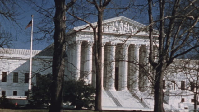 pan supreme court building and traffic / washington dc united states - oberstes bundesgericht der usa stock-videos und b-roll-filmmaterial