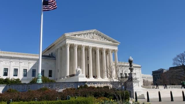 vídeos y material grabado en eventos de stock de tribunal supremo de los estados unidos y american flag en washington, dc - tribunal supremo de los estados unidos washington dc