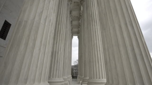 supreme court of the united states columns tilt up in washington, dc - oberstes bundesgericht der usa stock-videos und b-roll-filmmaterial
