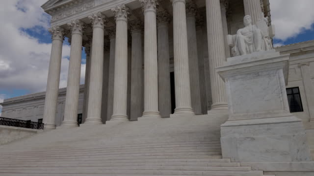 supreme court of the united states in washington, dc - 4k/uhd - palazzo di giustizia video stock e b–roll