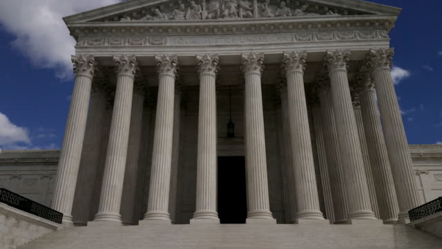 supreme court of the united states in washington, dc - 4k/uhd - colonna architettonica video stock e b–roll