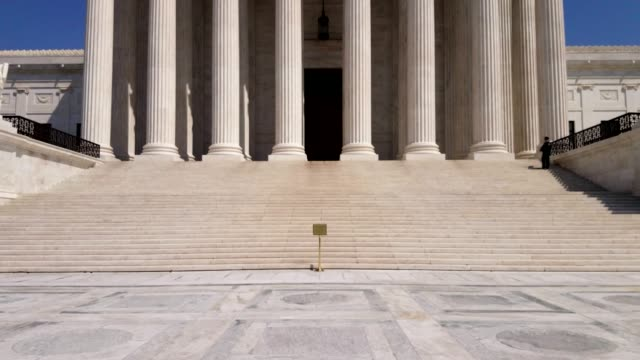 vídeos de stock e filmes b-roll de supreme court of the united states in washington, dc - column