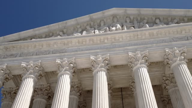 supreme court of the united states in washington, dc - colonna architettonica video stock e b–roll