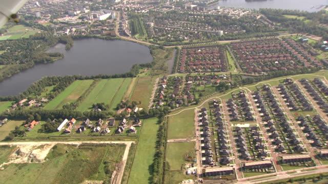 vidéos et rushes de en périphérie de la ville, vue aérienne - culture néerlandaise