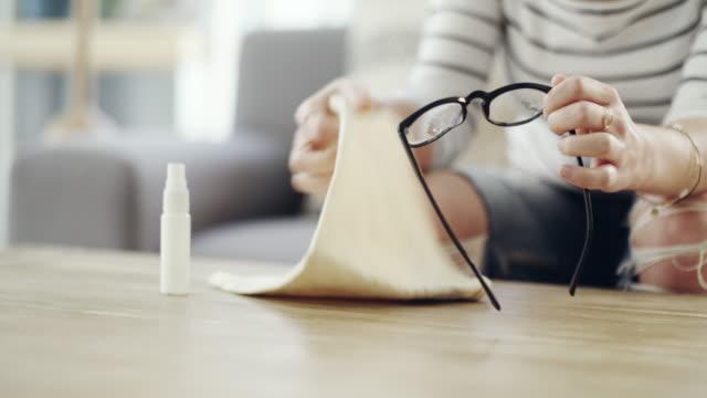 vidéos et rushes de je ne veux pas de taches sur mes lunettes. - lessive produit d'entretien