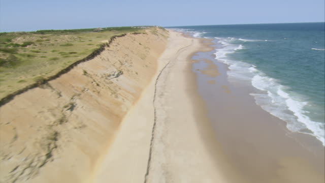 aerial surf breaking on isolated sandy coastline / nantucket, massachusetts, united states - region new england stock-videos und b-roll-filmmaterial