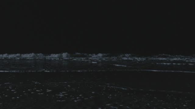 vidéos et rushes de ms surf breaking on the beach at night - marée