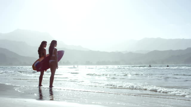 stockvideo's en b-roll-footage met surf chicks checking waves at hanalei bay - oahu