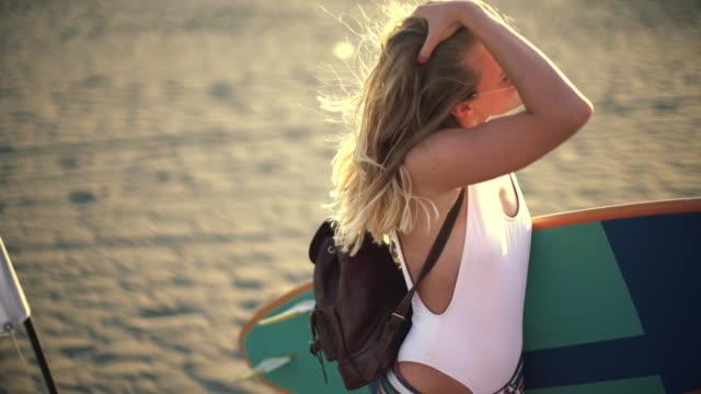 vídeos de stock, filmes e b-roll de garota de surfe - atividade recreativa