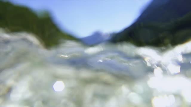 hd in bodenhöhe blick auf den berg fluss sm - in bodenhöhe stock-videos und b-roll-filmmaterial