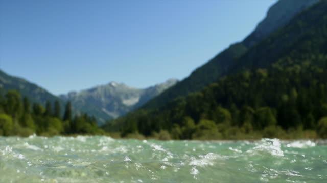 vídeos de stock, filmes e b-roll de vista nível da superfície em hd claros de montanha, rio sm - ponto de vista de mergulhador