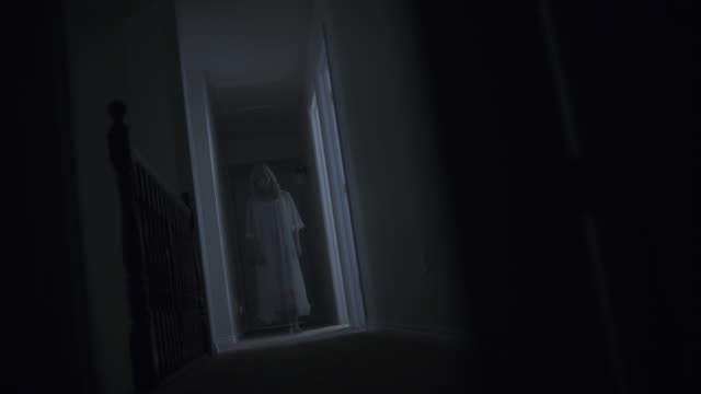vídeos de stock, filmes e b-roll de surface level view of woman ghost appearing in doorway at night then leaving / springville, utah, united states - fantasma