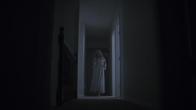 vídeos de stock, filmes e b-roll de surface level view of woman ghost appearing in doorway at night then disappearing / springville, utah, united states - assustador
