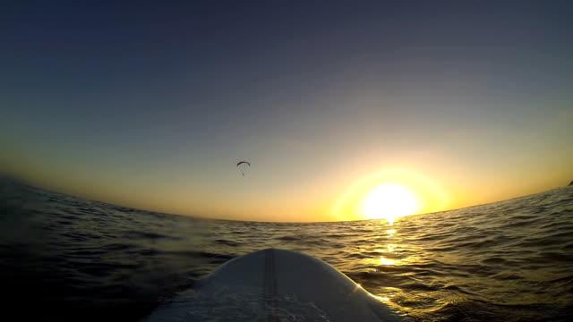 vídeos y material grabado en eventos de stock de tabla de surf y paraglider - surf en longobard