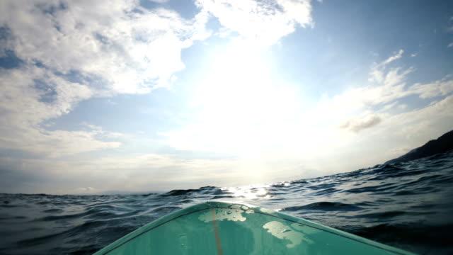 surfbrett im ozean - brandung stock-videos und b-roll-filmmaterial
