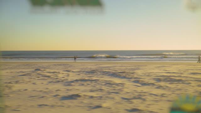 check-out die wellen surfer. - lieferwagen stock-videos und b-roll-filmmaterial