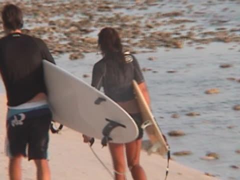 surfer paar - atlantik stock-videos und b-roll-filmmaterial