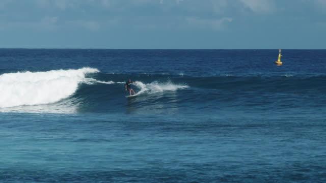 stockvideo's en b-roll-footage met surfer does maneuvers in ocean, slow motion - franse overzeese gebieden