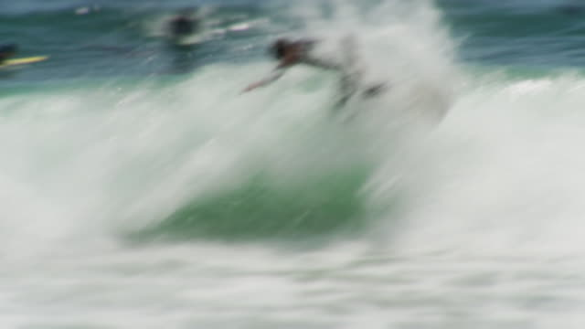 vídeos de stock, filmes e b-roll de ms surfer doing stunt on wave then falling / laguna beach, california, usa - kelly mason videos