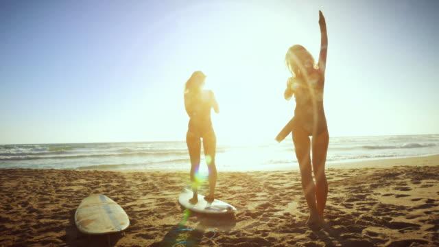 surfer mädchen am meer - sportkleidung stock-videos und b-roll-filmmaterial