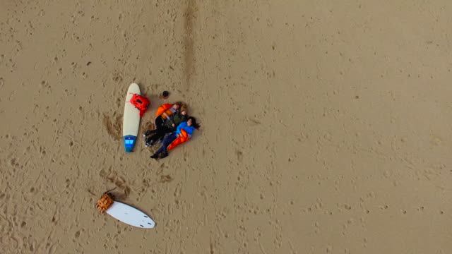 Surfer Mädchen entspannen am Strand 4K