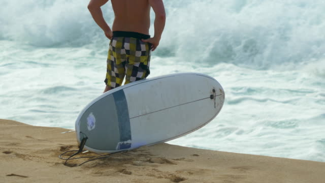 stockvideo's en b-roll-footage met surfer going surfing with longboard surfboard at pipeline, north shore, oahu, hawaii. - slow motion - oahu