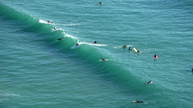 vídeos y material grabado en eventos de stock de surfer in action on the atlanticwaves, west coast of portugal - meteorología