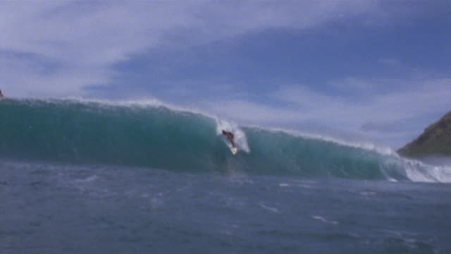stockvideo's en b-roll-footage met sm ws surfer moving toward camera on a large wave/ ms gomes moving past camera inside curl/ oahu, hawaii - oahu