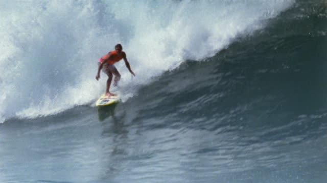 stockvideo's en b-roll-footage met ws surfer moving toward camera on a large wave/ oahu, hawaii - oahu