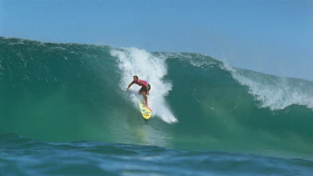 stockvideo's en b-roll-footage met sm ws surfer moving toward camera on a large wave/ oahu, hawaii - oahu