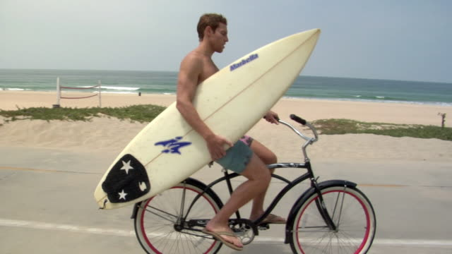 ws surfer parking bike and running to ocean with surfboard / manhattan beach, california, usa - flip flop stock videos and b-roll footage