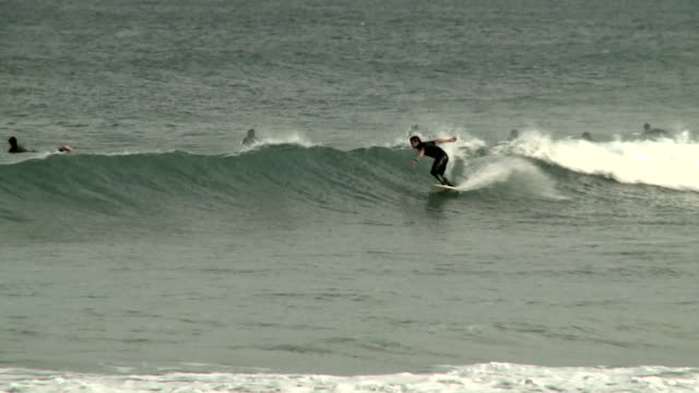 vídeos y material grabado en eventos de stock de surfer performs trick at joaquina surf beach [praia da joaquina], florianopolis [florianã³polis], brazil [brasil] - praia