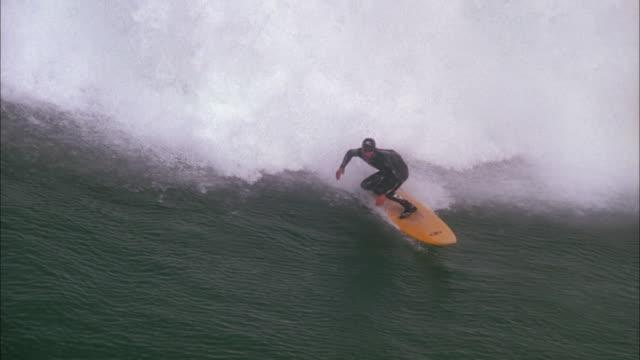 vídeos de stock, filmes e b-roll de surfer riding huge waves, eastern cape available in hd. - traje de mergulho