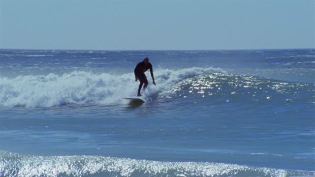 surfer riding wave / falling / long beach, kommetjie / cape town, south africa - falla av bildbanksvideor och videomaterial från bakom kulisserna