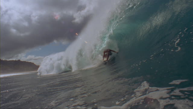 stockvideo's en b-roll-footage met slo mo ws surfer riding wave, oahu, hawaii, usa - surfen