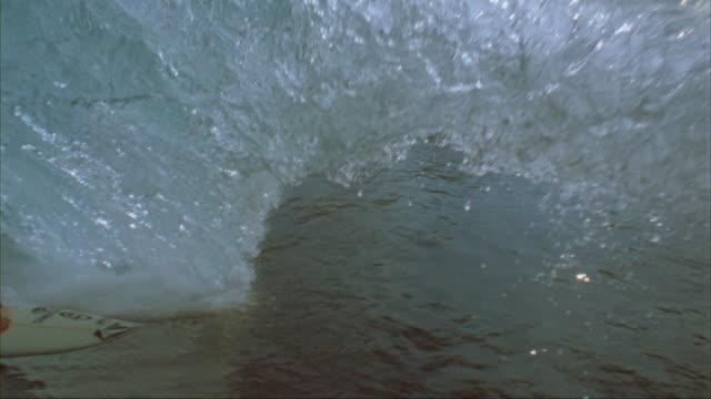 vídeos y material grabado en eventos de stock de slo mo ws cu surfer riding wave, oahu, hawaii, usa - pipeline wave