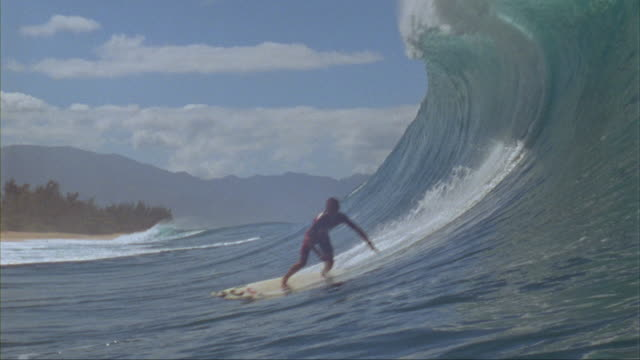 vídeos de stock, filmes e b-roll de slo mo ws surfer riding wave, oahu, hawaii, usa - arrebentação