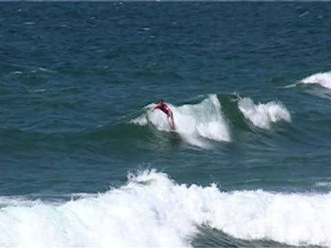 vídeos y material grabado en eventos de stock de surfer riding wave - elmina
