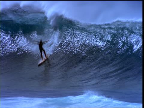 surfer riding wave + wiping out - falla av bildbanksvideor och videomaterial från bakom kulisserna