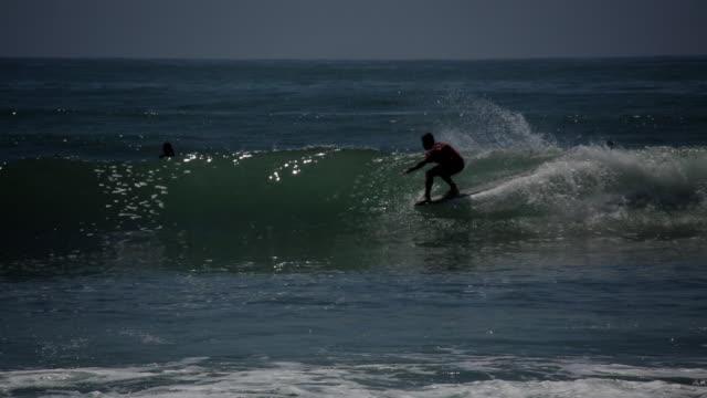 vidéos et rushes de surfer rips down a line topanga beach surfing - malibu